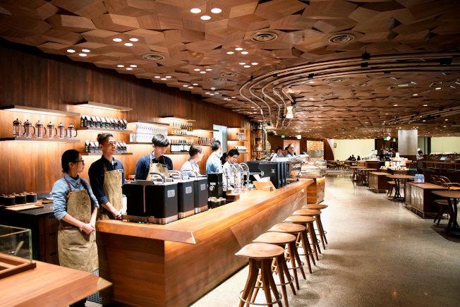 上海星巴克臻選咖啡烘焙工坊與支付寶合作,推出「邊逛邊等」功能,消費者用支付寶付款,支付寶App會在咖啡備製完成時推送取餐通知。(路透)