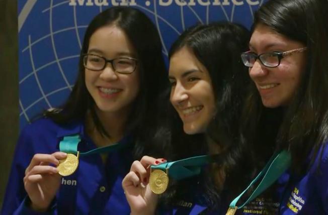 李佳倩(左)和隊友在華府展示西門子科學獎團體冠軍獎牌。(視頻截圖)
