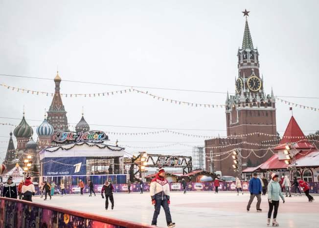 俄羅斯是冰上運動大國,圖為民眾在克里姆林宮前紅場滑冰。(Getty Images)