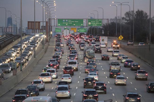 圖為芝加哥今年感恩節前夕,在蒙特羅斯大道上的車陣長龍。(美聯社)