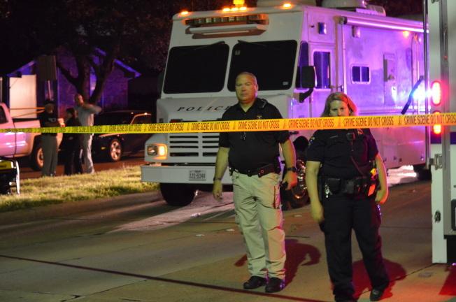 9月發生九死槍擊慘案的布蘭諾仍被評為全美最安全城市第八名。圖為慘案發生時當地警局在現場展開調查。(本報檔案照片)