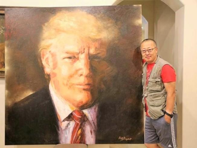 蔣銳和他創作的美國總統川普的油畫作品。(蔣銳提供)