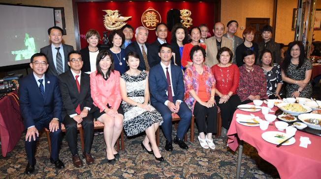 雙十國慶主辦單位及台北經文處與各舉辦活動社團代表合影。(記者謝慕舜/攝影)