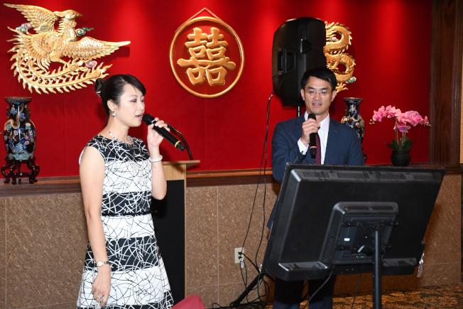 陳家彥處長(右)及夫人黃惠榆首先合唱,拉開餘興節目序幕。(記者謝慕舜/攝影)
