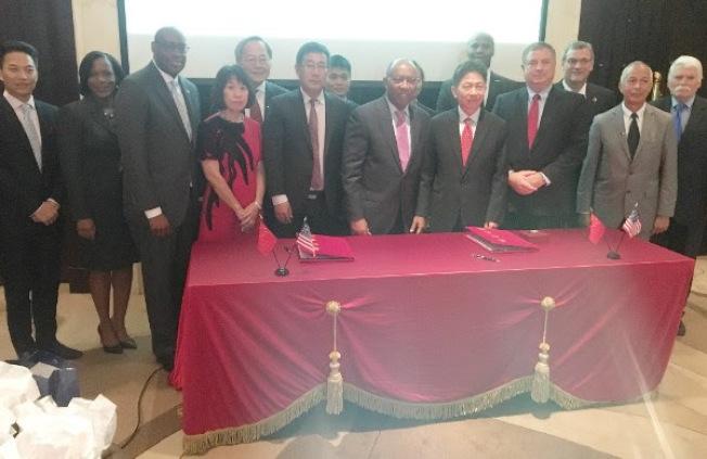 休士頓市長特納(前排右四)率招商團代表與CIMC-TianDa簽署合作意向協定。(休士頓市政府提供)