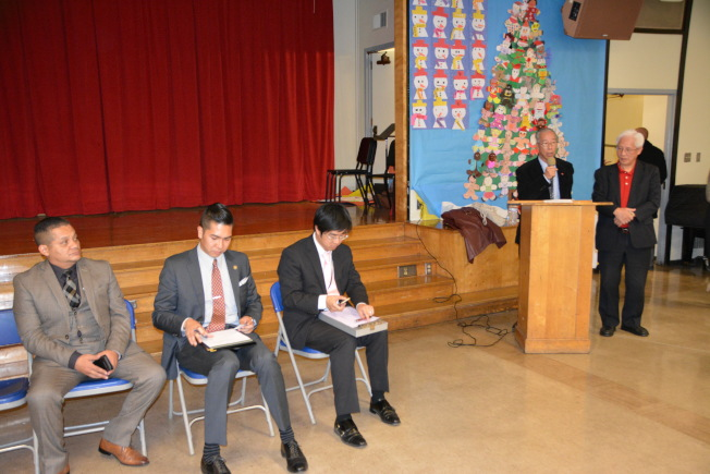 洛縣縣政委員蘇麗絲(Hilda Solis)、國會眾議員戈麥茲(Jimmy Gomez)及洛市議員塞迪奧(Gil Cedillo)代表均出席會議,聽取民眾發言。(記者高梓原/攝影)
