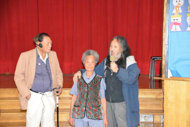 國泰大廈議會會長譚汝衡(左)坦言社區老人家們對醫院的依賴。(記者高梓原/攝影)