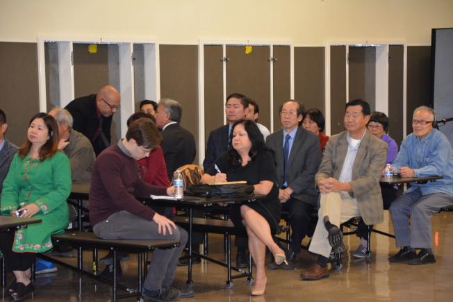 近百位社區民眾到場提供意見,聆聽會議。(記者高梓原/攝影)