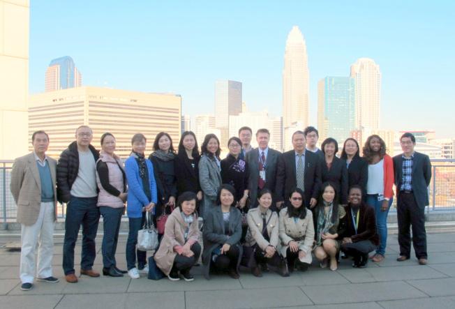 參觀團與法院陪同參觀人員在法院頂層合影,背景是夏樂市中心摩天大樓群。(記者王政賢/攝影)
