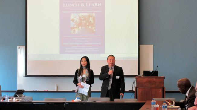 李勐(右)向梅郡法院法官和工作人員介紹美中經濟文化協會。(記者王政賢/攝影)