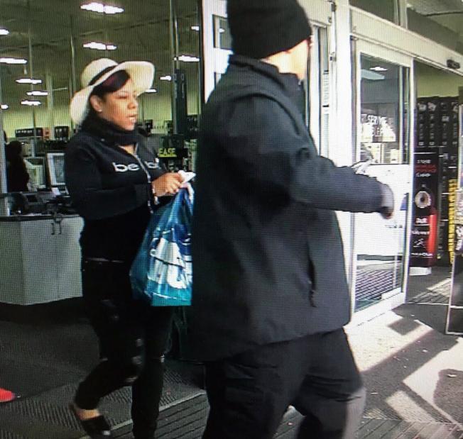 犯案的白人男子和黑人女子得手後,馬上利用受害者的信用卡到商店購物。(凱瑞警察局提供)