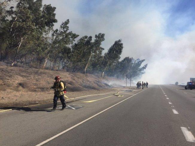 聖伯納汀諾縣北部近215號公路5日午後發生野火,截至目前無火情控制消息。(臉書)