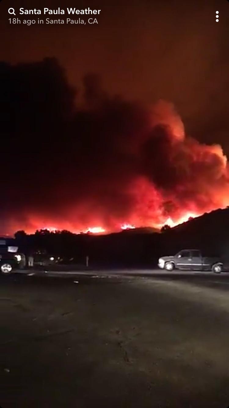 受聖塔普拉地區火災影響的趙先生表示,「一出門看到的全是一片紅火,煙霧瀰漫,基本上伸手不見五指」。(截圖自Snapchat故事)