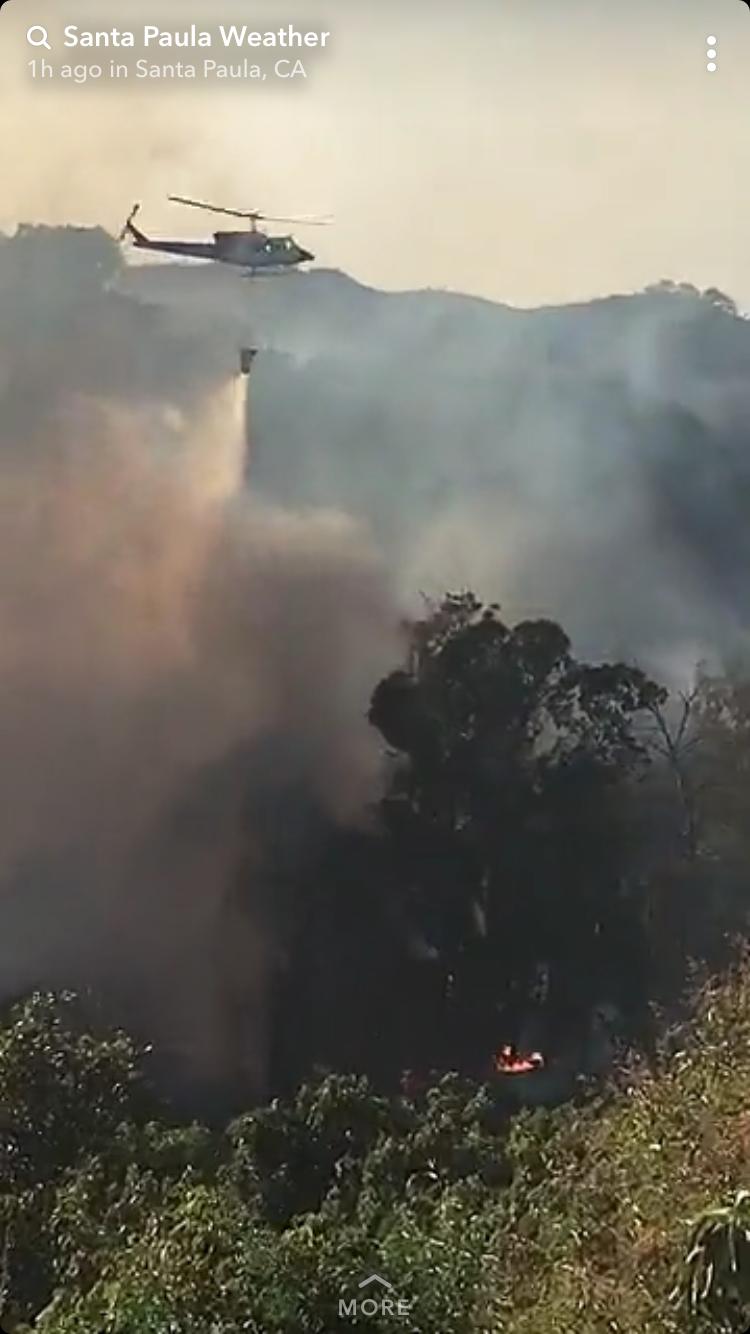 救火直升機5日凌晨在上空投擲水彈試著控制住火勢。(截圖自Snapchat故事)