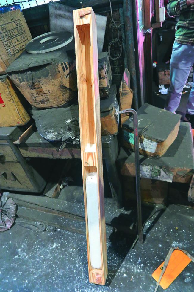 從中國大陸福建運來的運動踏步機木箱底部橫木,遭挖空內藏K他命。(圖:基隆地檢署提供)
