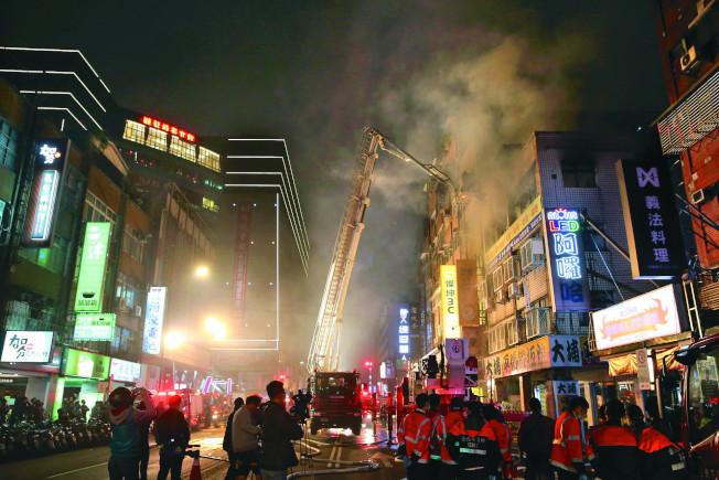 台北市八德路四段一棟公寓5日晚發生火警,消防員搶救,並救出七名受困民眾。(記者林俊良/攝影)