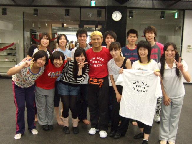 黃建欽(中間)和他的學生。 (圖:黃建欽提供)