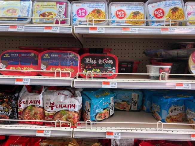 方便火鍋已悄悄進入了南加華人超市的貨架。(記者張宏/攝影)