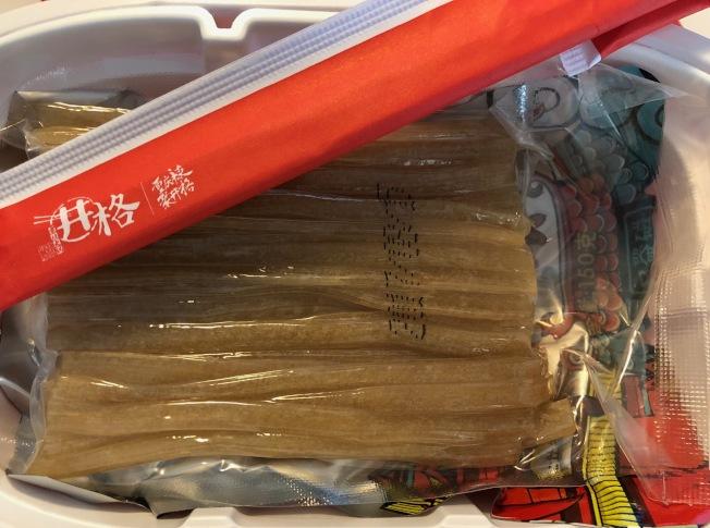 每盒中含火鍋底料包、素菜包、寬粉包等。(記者張宏/攝影)