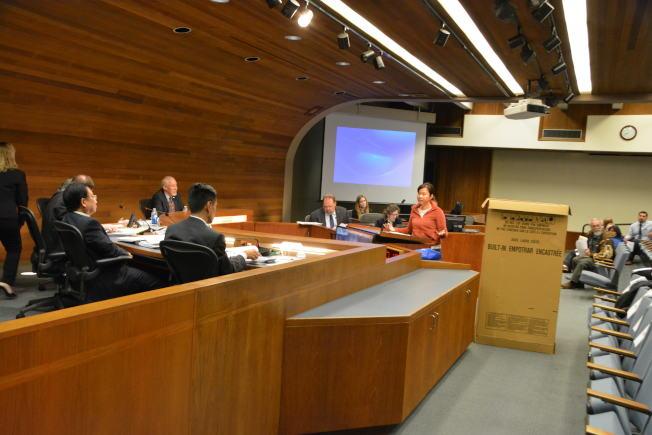 華裔居民王愛珊5日晚在西柯汶納市議會上,對市府與手機信號接收設施公司簽約過長,及設施安裝對市容負面影響表達意見。(記者啟鉻/攝影)