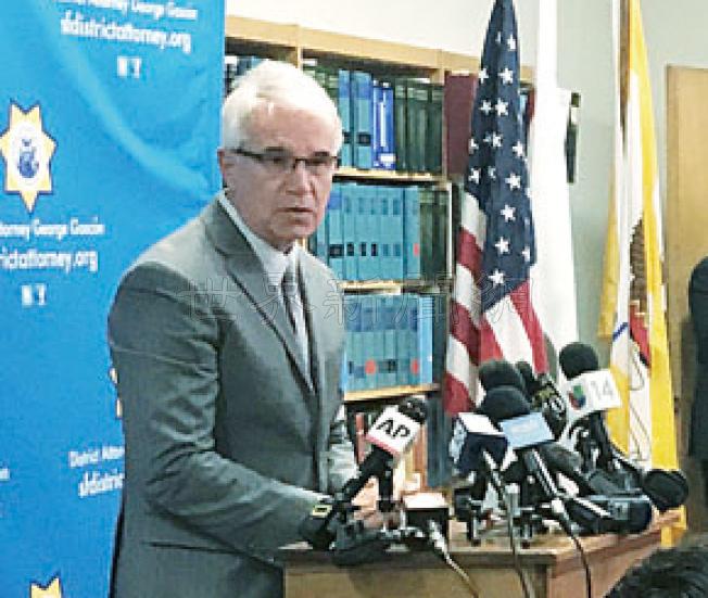 地檢長賈斯康評論第14號碼頭命案裁決,繼續吸引大批媒體採訪。(記者李秀蘭/攝影)