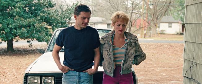 瑪格羅比(右)與賽巴斯汀史坦(左)演出90年代體壇醜聞熱點人物坦雅的婚姻及家暴故事。(圖:Neon提供)