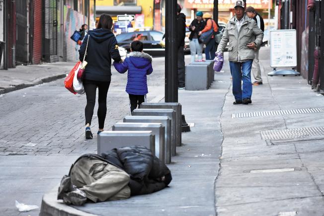 近年華埠街頭可見更多的遊民,居民商家感困擾。(本報資料照片)
