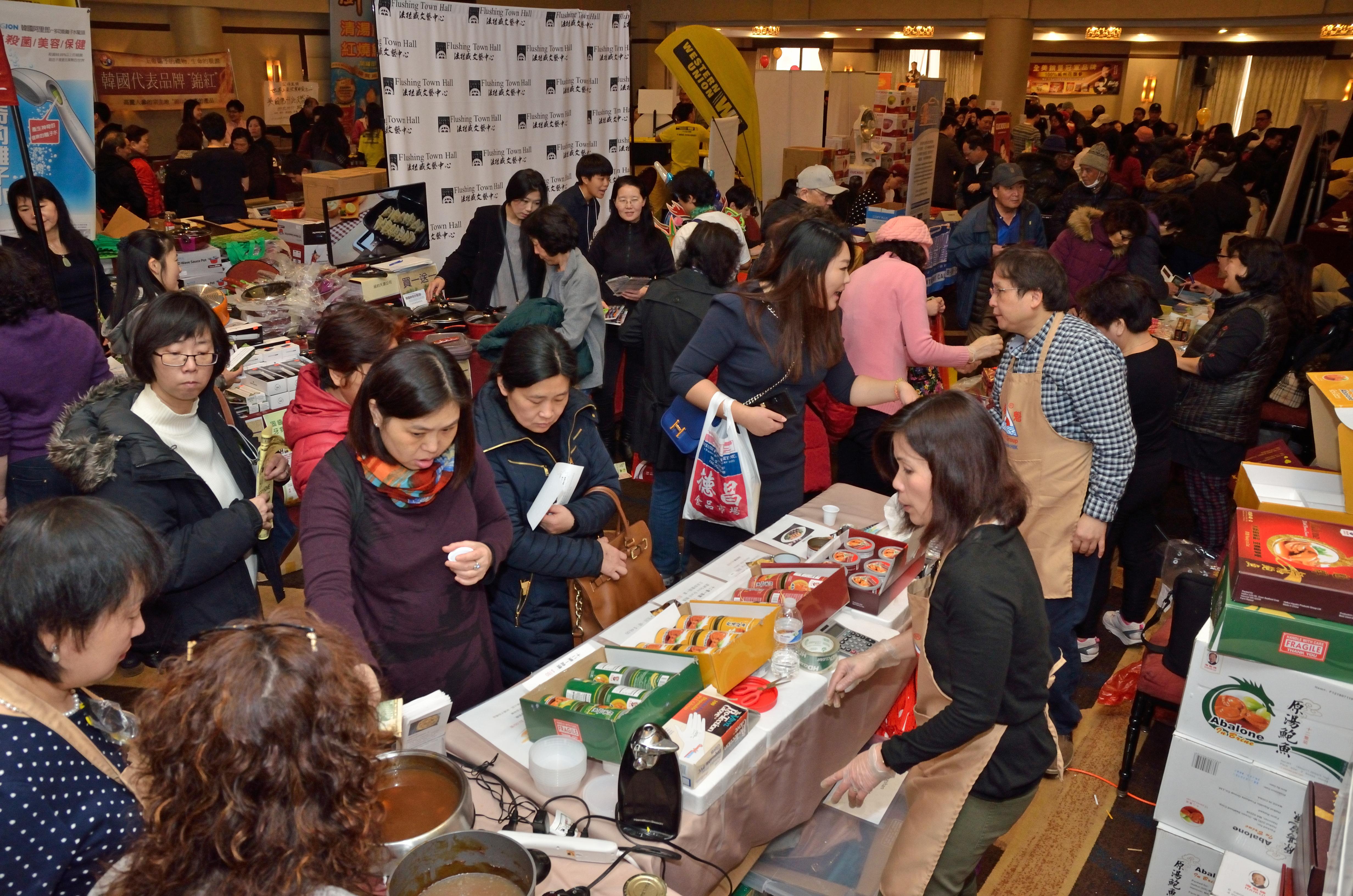 2017年「世界日報年節展銷會」現場實況,人潮眾多,買氣超強。
