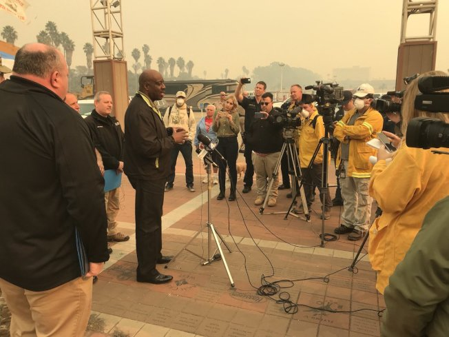 加州緊急事件辦公室部舉行新聞發佈會,講解范杜拉縣火勢。(加州緊急事件辦公室推特)