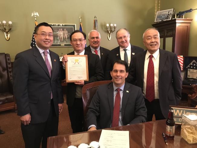 許氏總裁父子和威州參議員傑瑞(. Jerry Petrowski)合照。宣傳花旗參酒和啤酒。