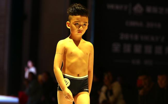未成年孩子適不適合穿「布料薄小」的泳裝走秀,引起諸多爭議。(取材自鳳凰網)