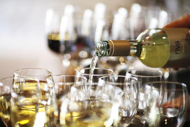 近來職場性騷擾案頻曝光,越來越多職場節日派對不供酒。(美聯社)