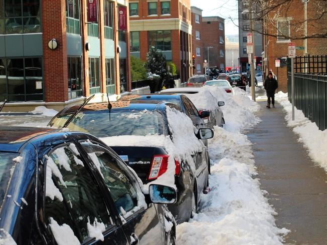 波士頓市府規定,雪季期間,停在路邊的車輛必須在雪停後的24小時內,清理車上積雪,讓居民停車證明顯可見。(記者唐嘉麗/攝影)