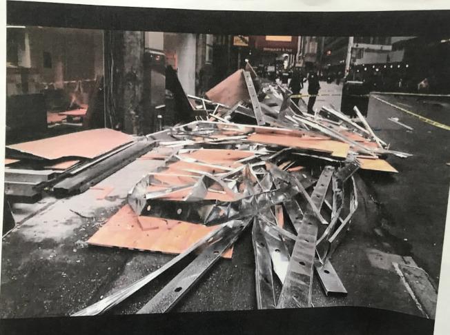 兩華人被餐館外搭的木牆砸成重傷,日前獲得和解,平均賠償為七位數。(記者俞姝含/翻攝)