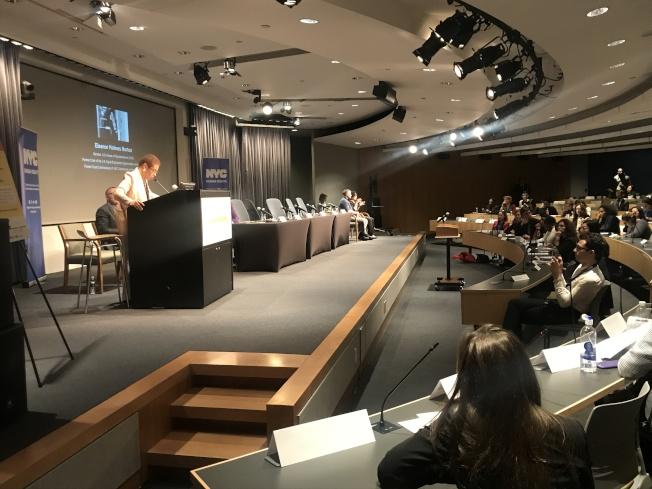市人權局舉辦「女性和職場」公聽會國會,眾議員諾頓(立者)表示感謝。(記者牟蘭/攝影)