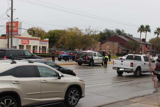 休士頓警方在現場拉起封鎖線,兩名互射嫌犯的車輛仍留在大街上。(記者郭宗岳/攝影)
