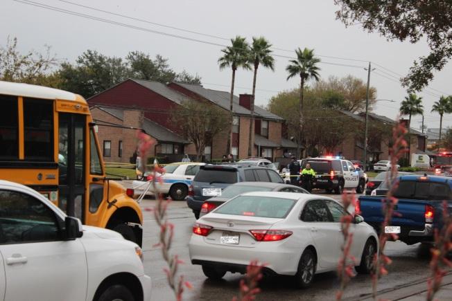 休士頓6日下午發生兩名駕駛發生車禍碰撞後,當街掏槍互射,導致現場交通大亂。(記者郭宗岳/攝影)