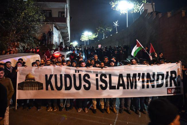 抗議民眾在美國駐伊斯坦堡領事館前展示標語「耶路撒冷屬於伊斯蘭」。(Getty Images)