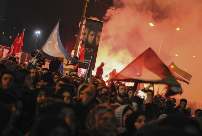 抗議民眾在美國駐伊斯坦堡領事館前宣洩怒火。(美聯社)