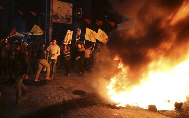 巴勒斯坦人在加薩市中心抗議川普總統的措施。(美聯社)