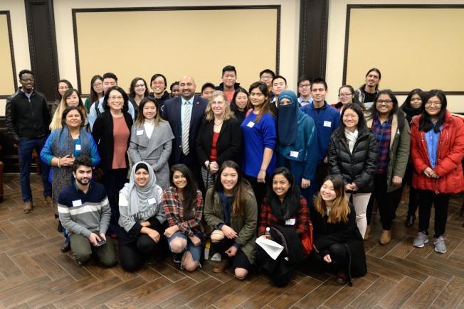 皇后學院亞美研究中心6日舉辦「公民參與論壇」,學生分享參與亞裔民調志工的經驗。(記者朱澤人/攝影)