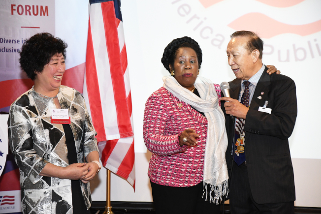 聯邦眾議員Sheila Jackson Lee(中)肯定亞太公共事務聯盟創始人尹集成(右)、張懷平(左)為亞太裔做出的貢獻。(記者謝慕舜/攝影)