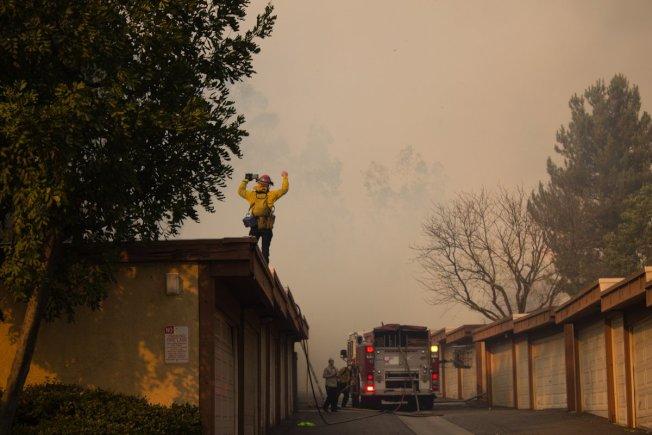 消防人員正在前線救火。(聖伯納汀諾縣消防局推特)