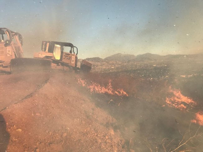 「Little Mountain Fire」火勢凶猛,火災面積高達百餘英畝。(聖伯納汀諾縣消防局推特)