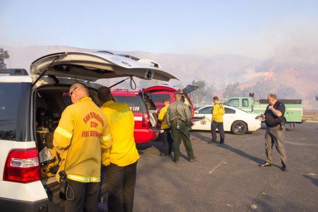 部分火災地區火勢已經得到控制,消防人員撤離。(聖伯納汀諾縣消防局推特)