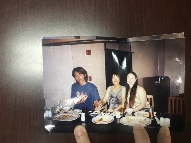 宋揚(右)、石玉梅(中)和宋海(左)在塞班島宋揚經營的餐廳合影。(宋家人提供)