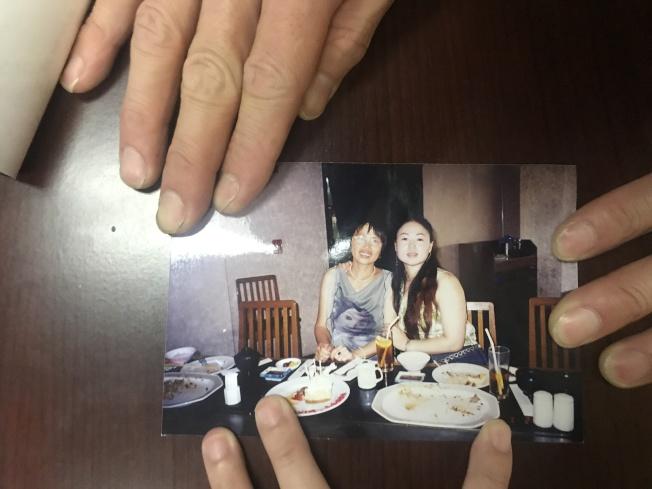 宋揚(右)和石玉梅(左)在塞班島宋揚經營的餐廳合影。(宋家人提供)