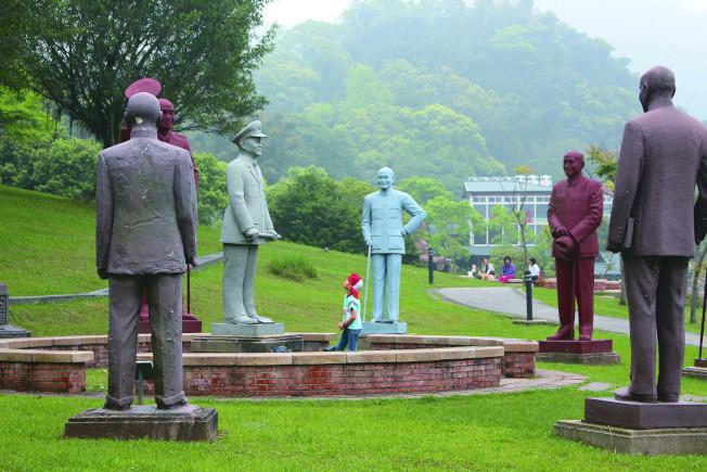 促轉條例三讀通過後,桃園慈湖兩蔣文化園區去留備受矚目。圖為慈湖雕塑紀念公園,保存近200座兩蔣銅像。(本報資料照片)