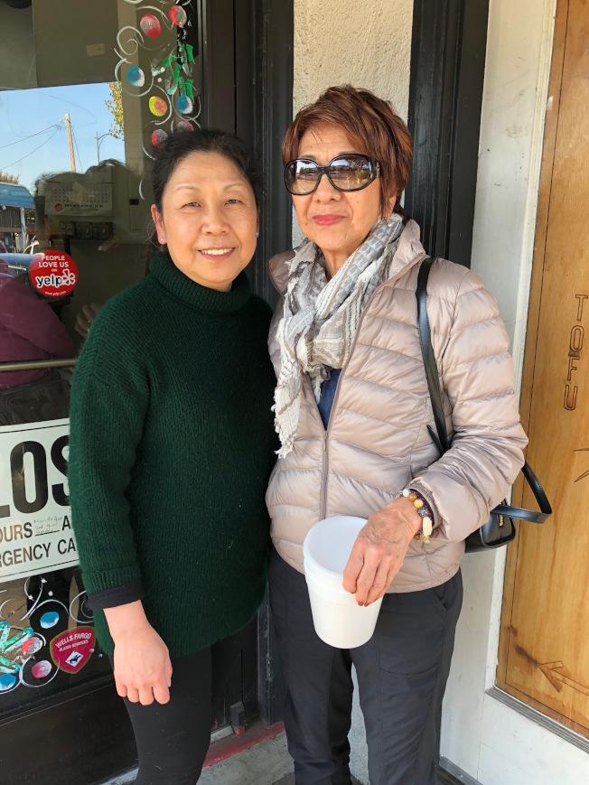 日本華僑陳笑蓮(右)是豆腐店的老客戶,多年的光顧也與陳文英成為好友。(記者李榮/攝影)
