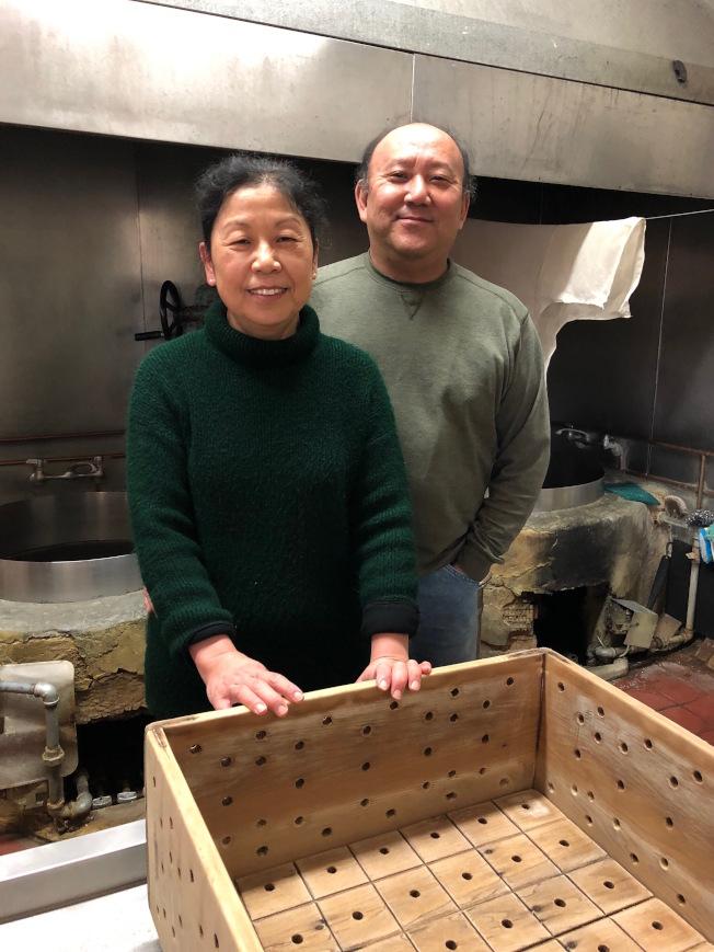野崎與陳文英接手豆腐店後,幾乎沒休假,現在終於要稍微享受生活。(記者李榮/攝影)